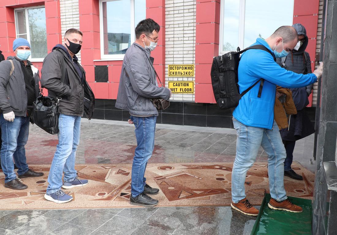 Перед входом впункт временного пребывания работники обязаны продезинфицировать обувь