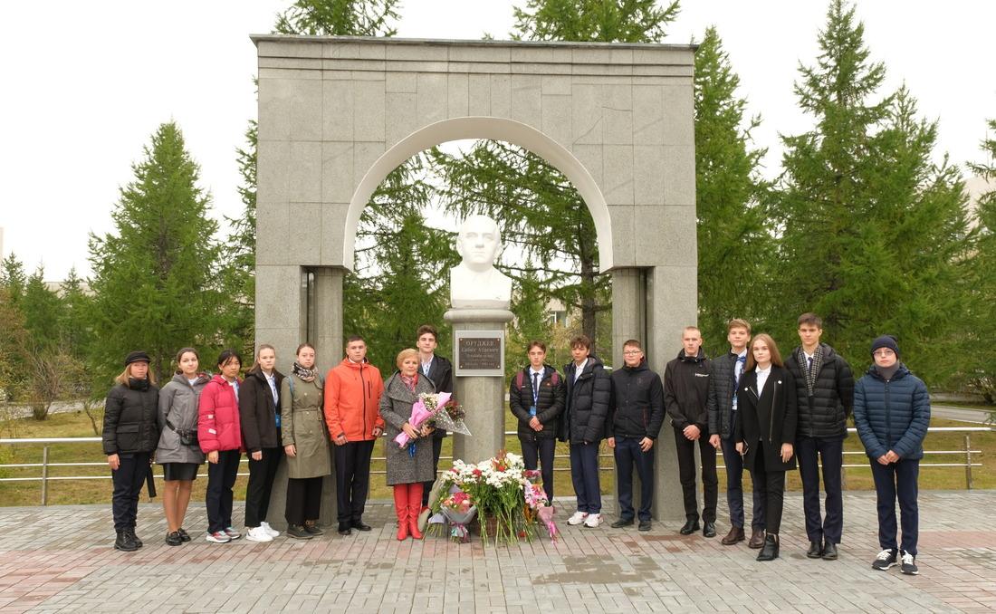 Ученики «Газпром-класса» навозложении цветов кпамятнику С.А.Оруджеву