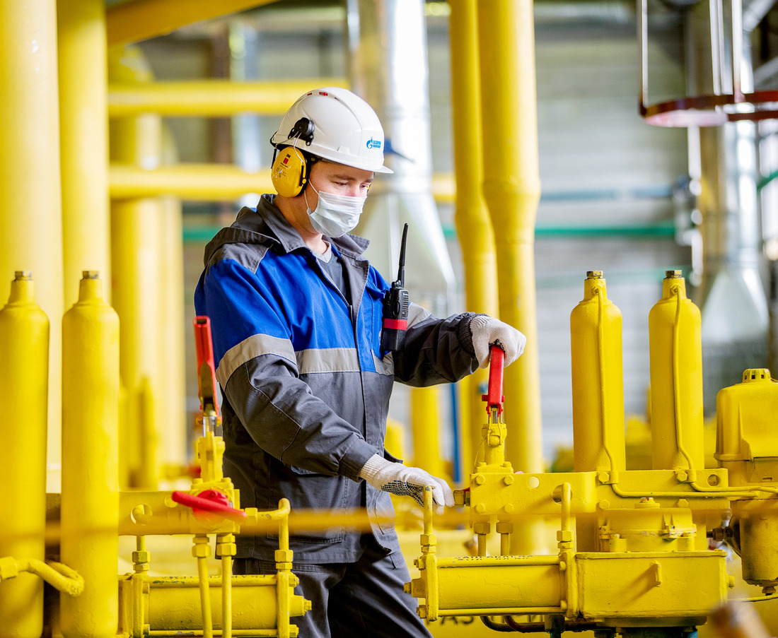 Нагазовом промысле №10оператор подобыче нефти игаза Азат Сайфуллин производит остановку технологической линии осушки газа дляпроведения технического обслуживания оборудования