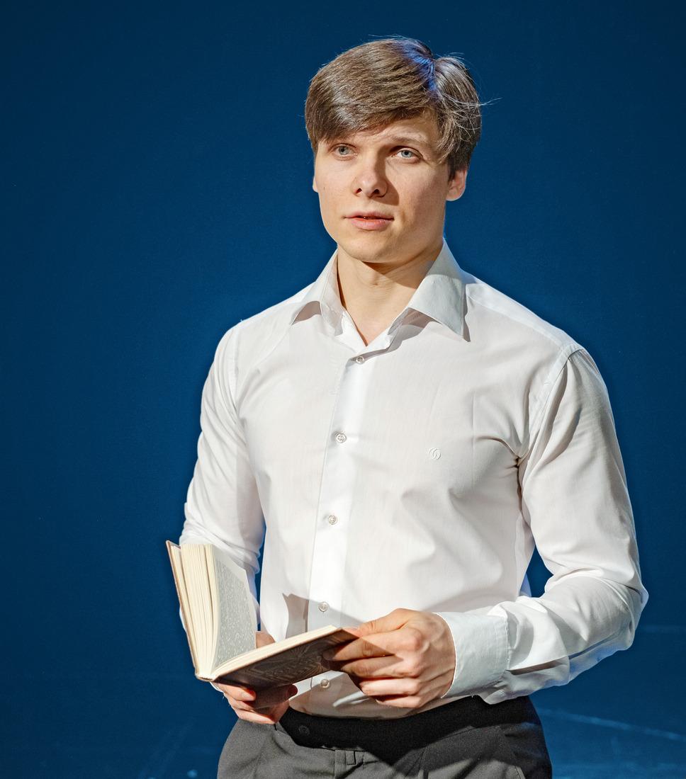 Артист театра «Северная сцена» Вячеслав Паршин зачитывает отрывок изкниги