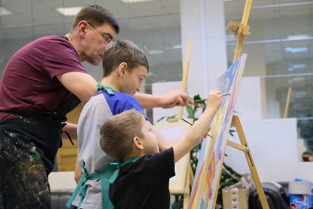 Совместное творчество схудожником раскрывает скрытые таланты каждого ребенка
