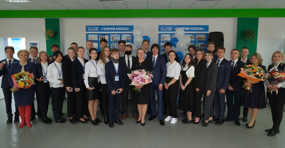 Представители ООО«Газпром добыча Уренгой» вручили ученикам десятого «Газпром-класса» именные удостоверения икорпоративные значки