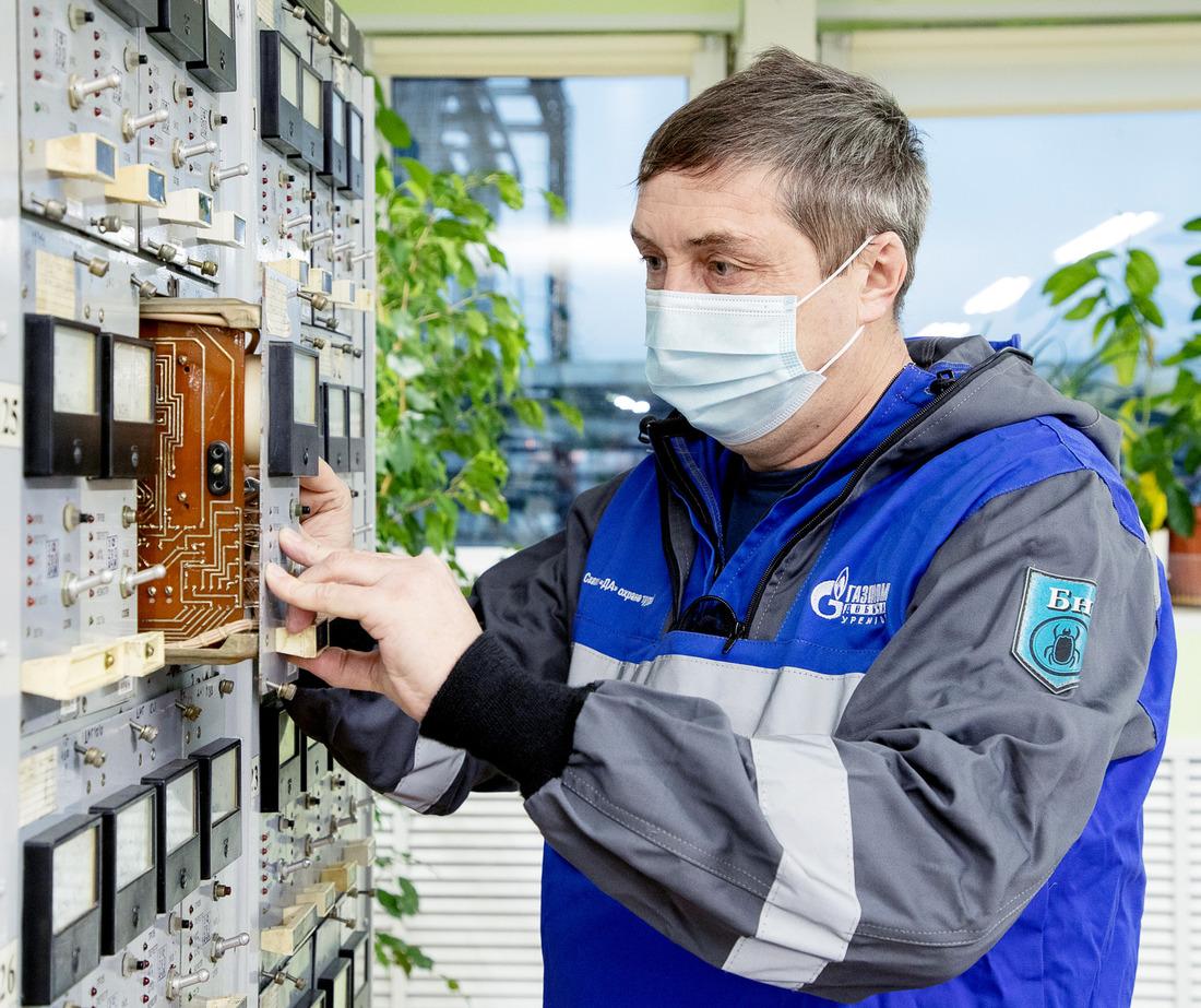 Газовый промысел №12. Слесарь поконтрольно-измерительным приборам иавтоматике Сергей Клейменов осуществляет настройку системы контроля загазованности ГАЗ-3 дожимной компрессорной станции