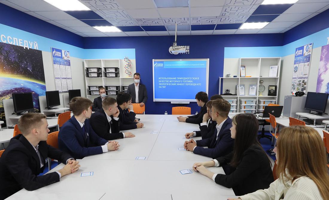 Просто осложном рассказали подросткам представители Управления технологического транспорта испециальной техники Общества «Газпром добыча Уренгой»