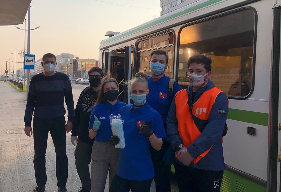 Запоследнюю неделю волонтерами было роздано более двух тысяч средств индивидуальной защиты. Фото участников акции