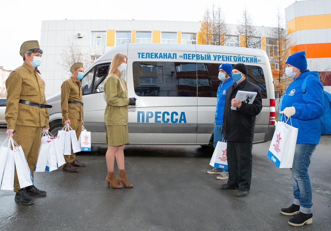 Сотрудники Службы посвязям собщественностью иСМИ ООО«Газпром добыча Уренгой» вручают подарки